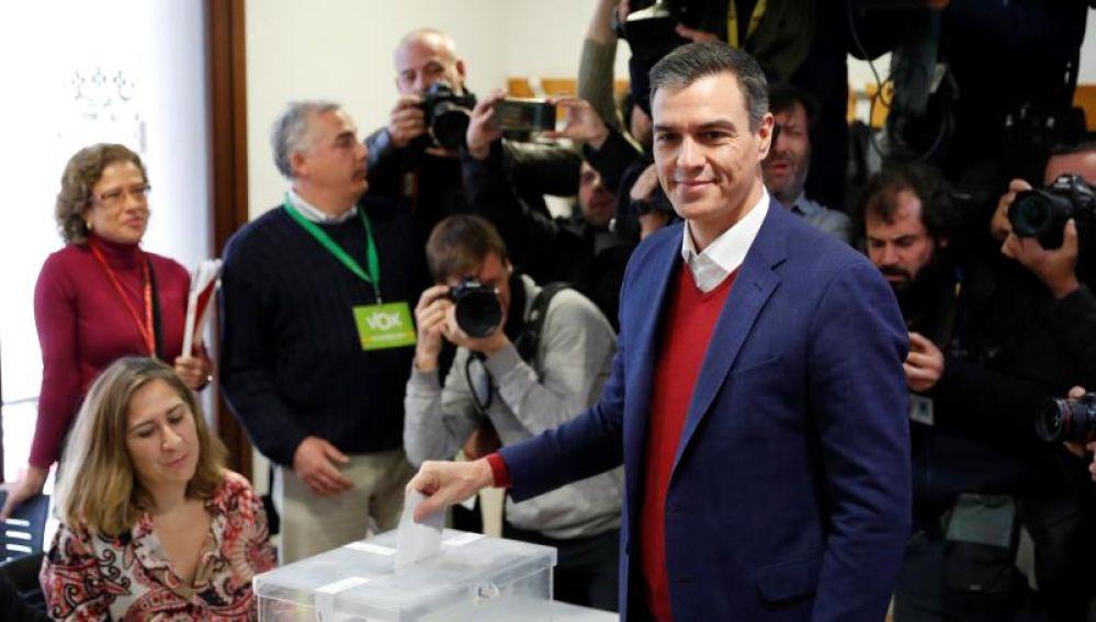 El presidente del Gobierno en funciones, Pedro Sánchez, vota en Pozuelo de Alarcón