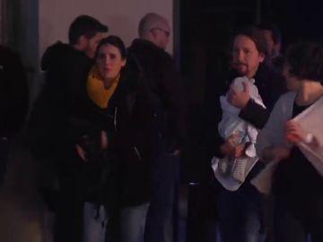 Pablo Iglesias llega a la sede de Unidas Podemos con su hija en brazos