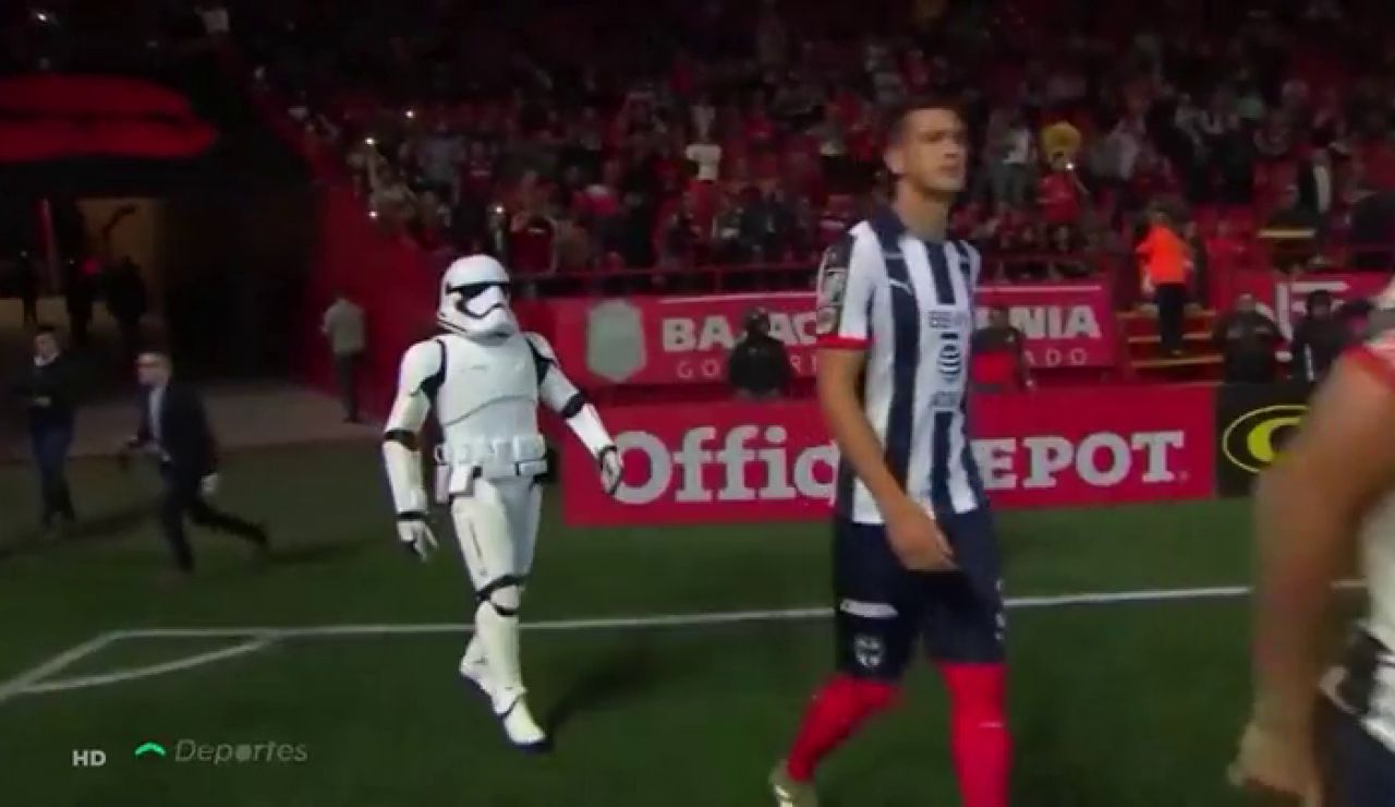 Los Soldados Imperiales de Star Wars invitados de excepción en un partido de la liga mexicana