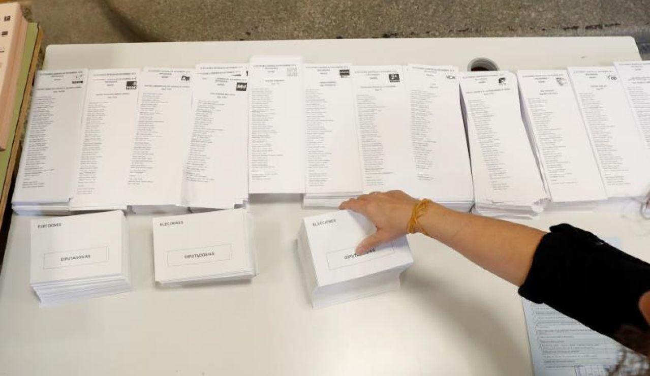Mesa con papeletas electorales para las elecciones del 10N