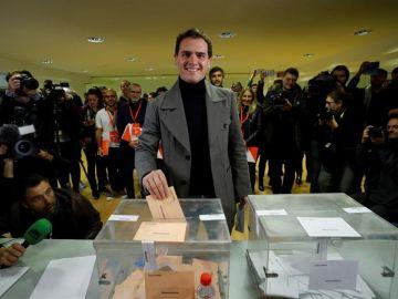 Vota el líder de Ciudadanos, Albert Rivera.