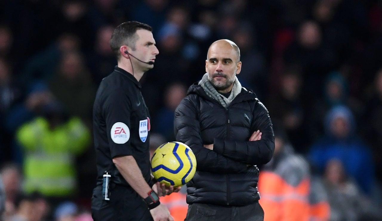 La mirada desafiante de Guardiola al árbitro