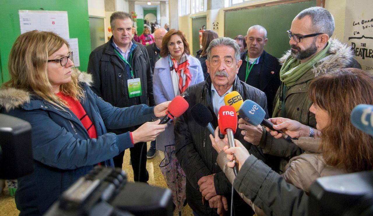 Miguel Ángel Revilla atiende a la prensa tras votar por las elecciones generales 2019