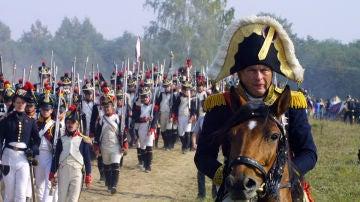 Oleg Sokolov participa en una recreación histórica disfrazado de Napoleón