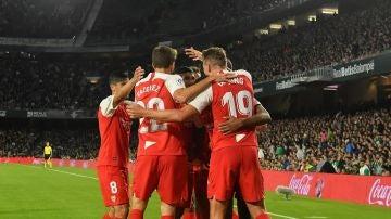 Los jugadores del Sevilla celebran el gol de De Jong