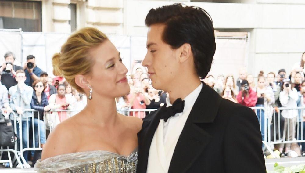 Lili Reinhart y Cole Sprouse en la gala Met