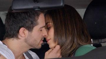Ramón y Fabiola se besan