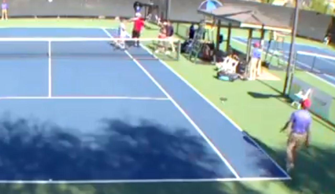 Brutal pelea en un partido de tenis
