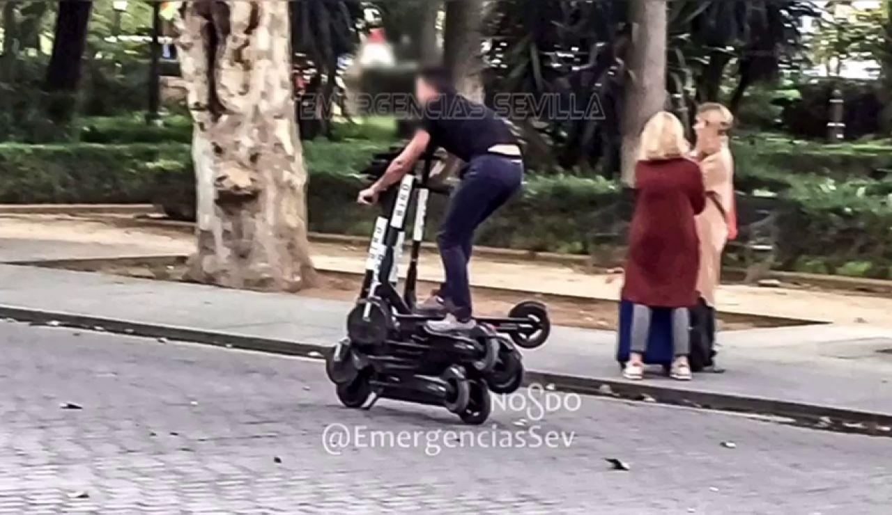 Denuncian a un hombre por conducir sobre seis patinetes eléctricos en Sevilla
