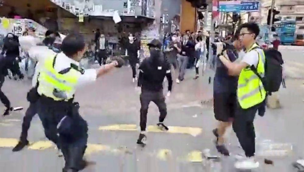 Crece la violencia en Hong Kong: un hombre es quemado vivo y un manifestante recibe un disparo de la Policía