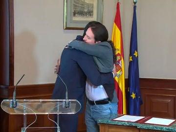 Pedro Sánchez y Pablo Iglesias se funden en un abrazo tras la firma del acuerdo