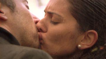 Onur y Sherezade se funden en un apasionado beso