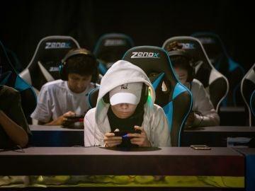 Jovenes jugando a videojuegos en China