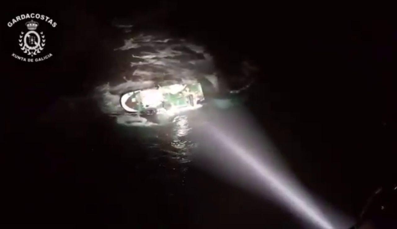 Muere un marinero al embarrancar un pesquero en Porto do Son (A Coruña)