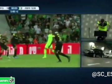 El VAR la lía en Israel: le ponen al árbitro imágenes del aparcamiento para pitar un penalti
