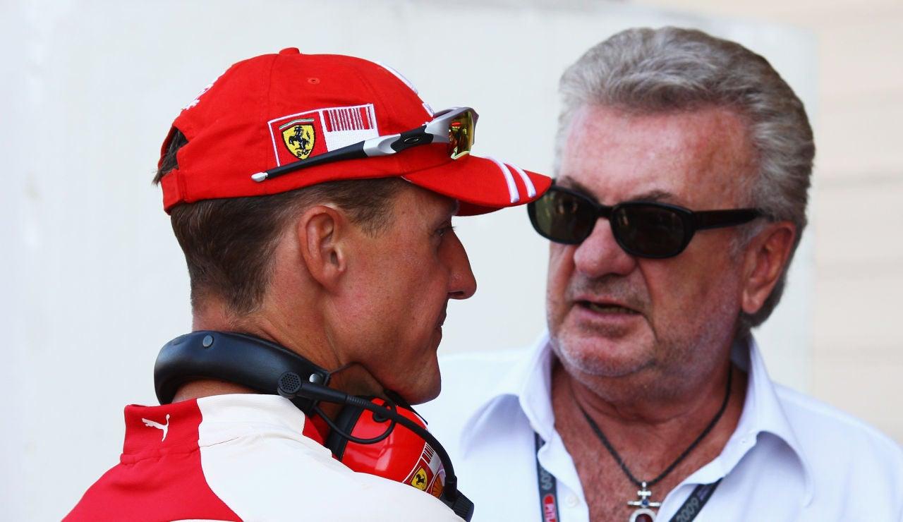 Willi Weber conversa con Michael Schumacher en 2009