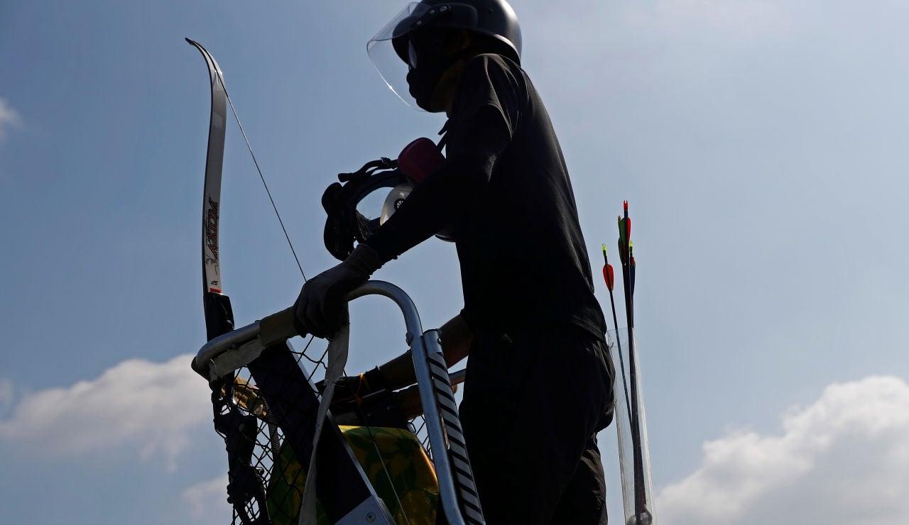 Los manifestantes utilizan arcos contra la Policía en Hong Kong