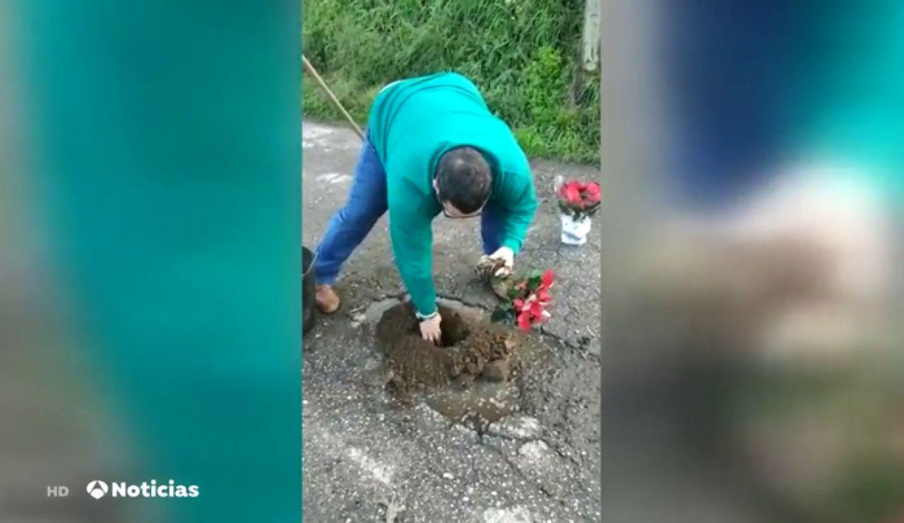 Un vecino de O Porriño rellena los baches con flores y plantas para llamar la atención del Ayuntamiento