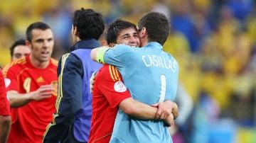 David Villa e Iker Casillas se abrazan tras una victoria de España