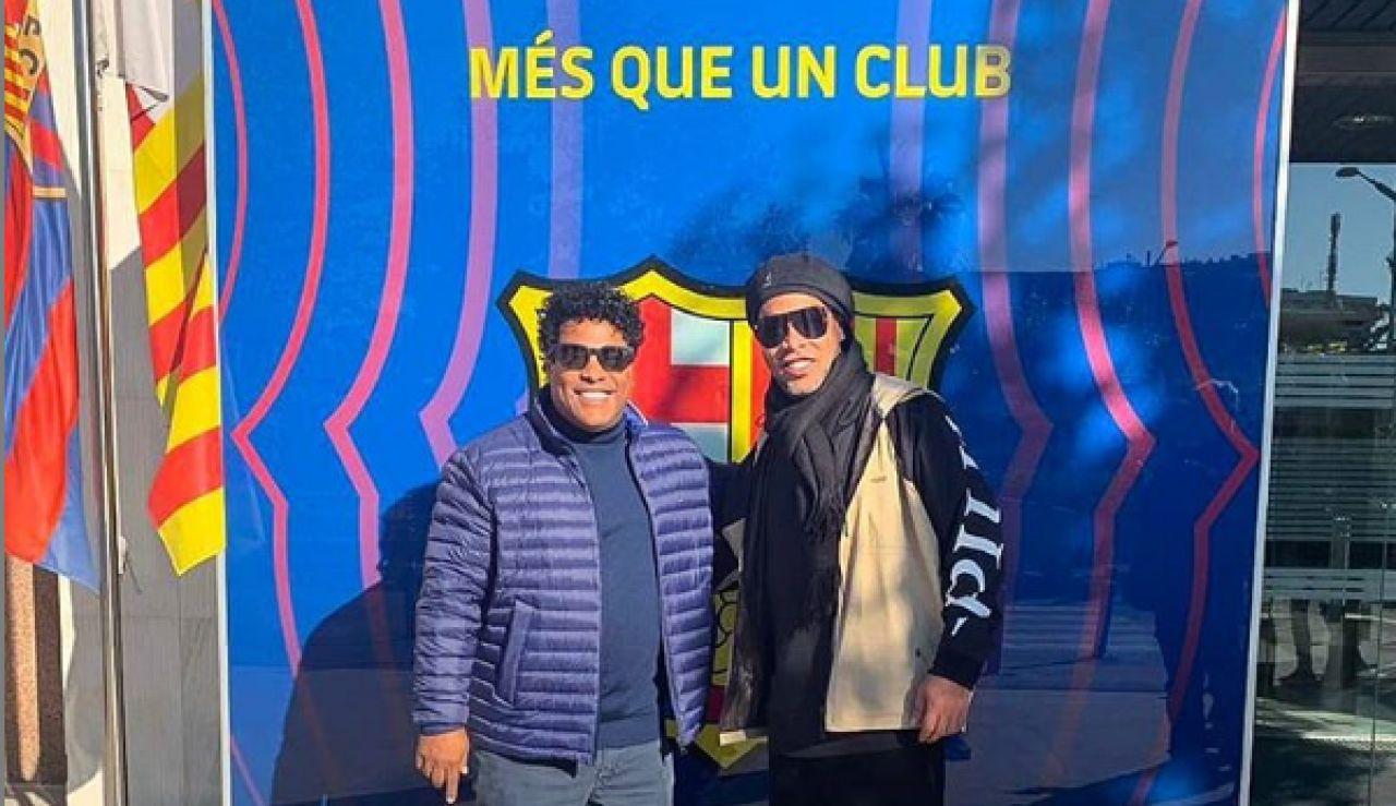 Ronaldinho junto con su hermano en el Camp Nou