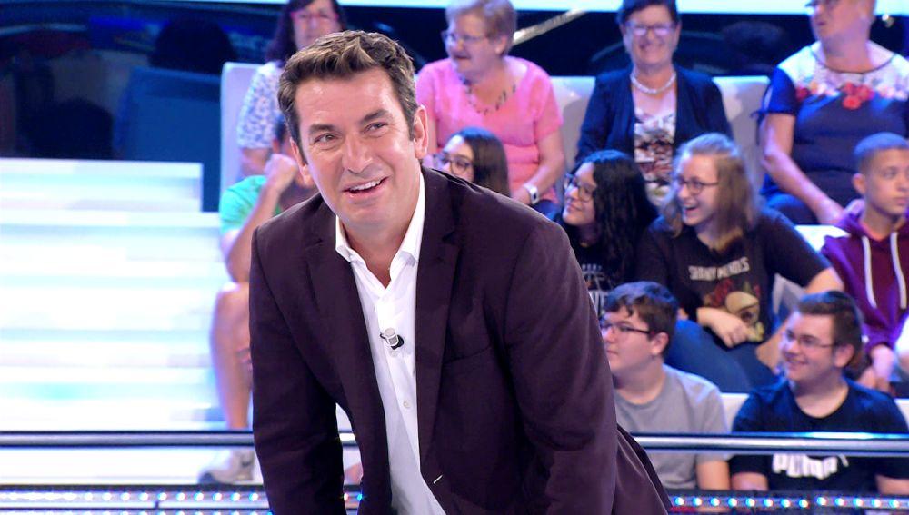 El ataque de risa de Arturo Valls al descubrir cómo se despierta un espectador... ¡que se había quedado dormido!