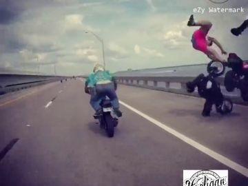 Una serie de imprudencias de varios motoristas provoca un impactante accidente en un puente