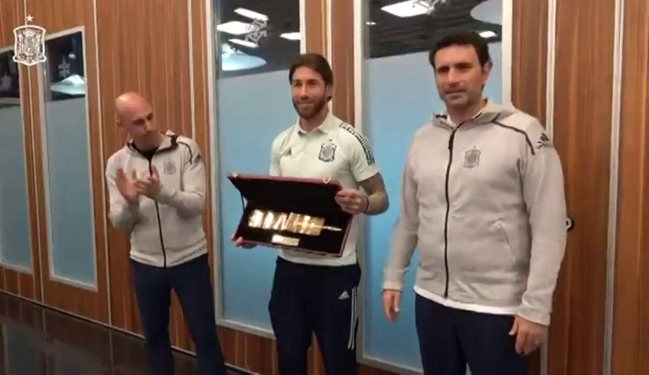 Sergio Ramos recibe el brazalete de oro como 'gran capitán' de la selección española