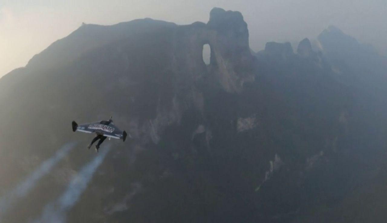 Dos hombres-voladores atraviesan volando la 'Puerta del Cielo' en China