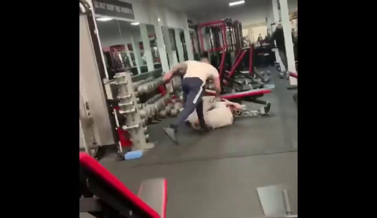 Salvaje pelea a vida o muerte en un gimnasio, se atacan hasta con la barra de las pesas