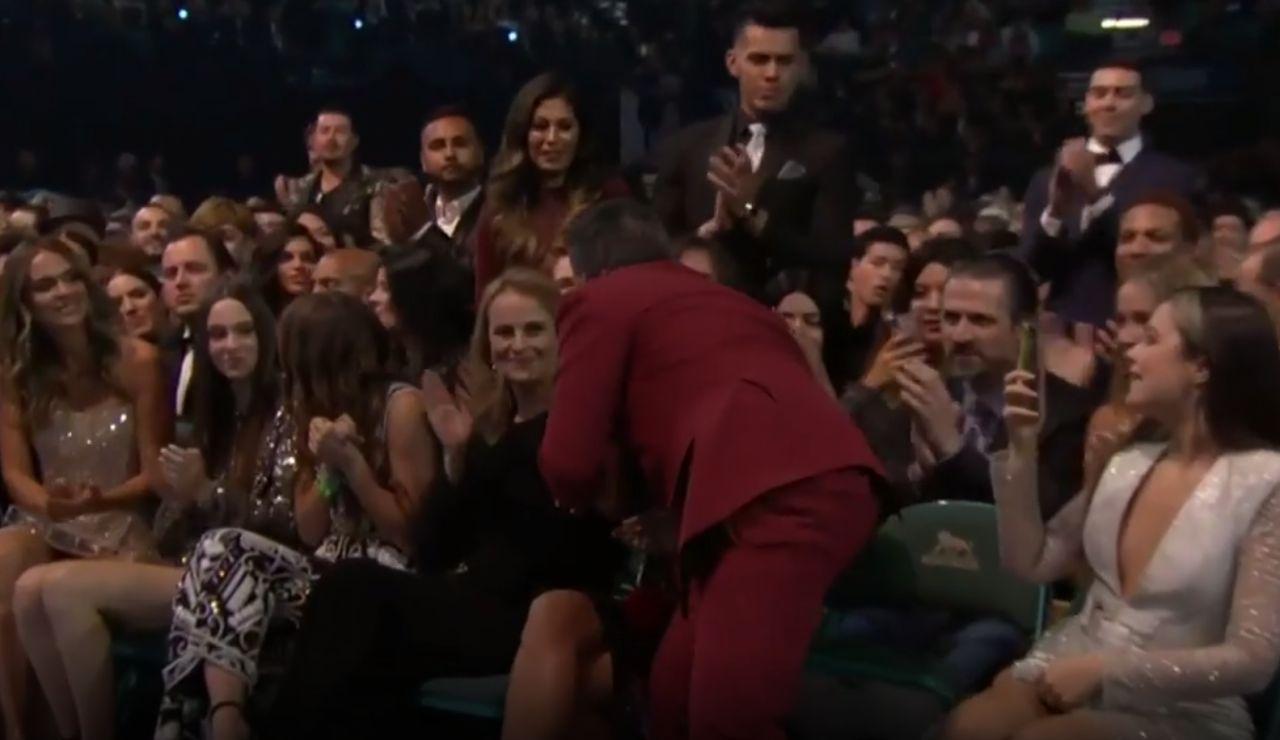 Alejandro Sanz besa a Rachel Valdés