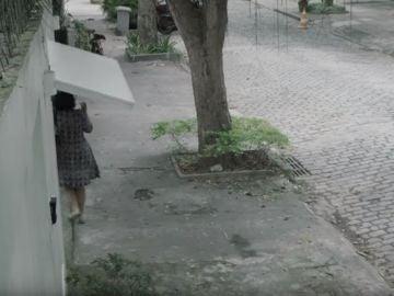 Mujer atrapada en un garaje