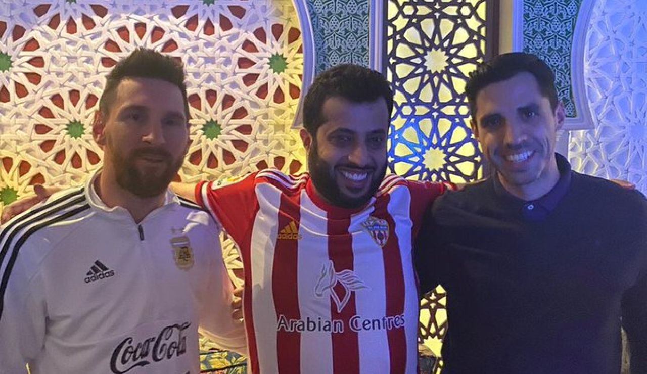 Messi junto al jeque y al director deportivo del Almería
