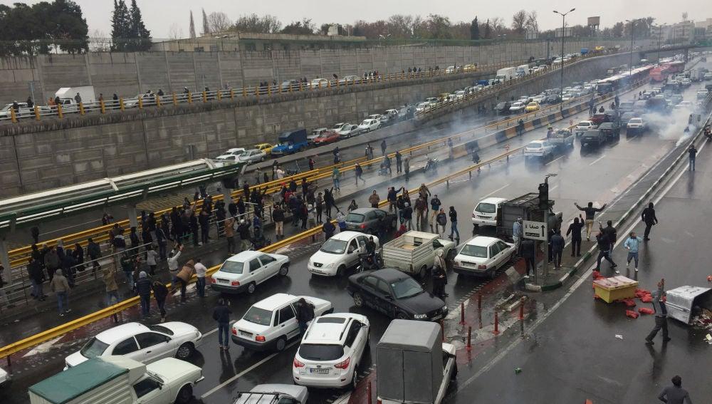 Irán corta acceso a internet tras protestas por subida del precio de gasolina