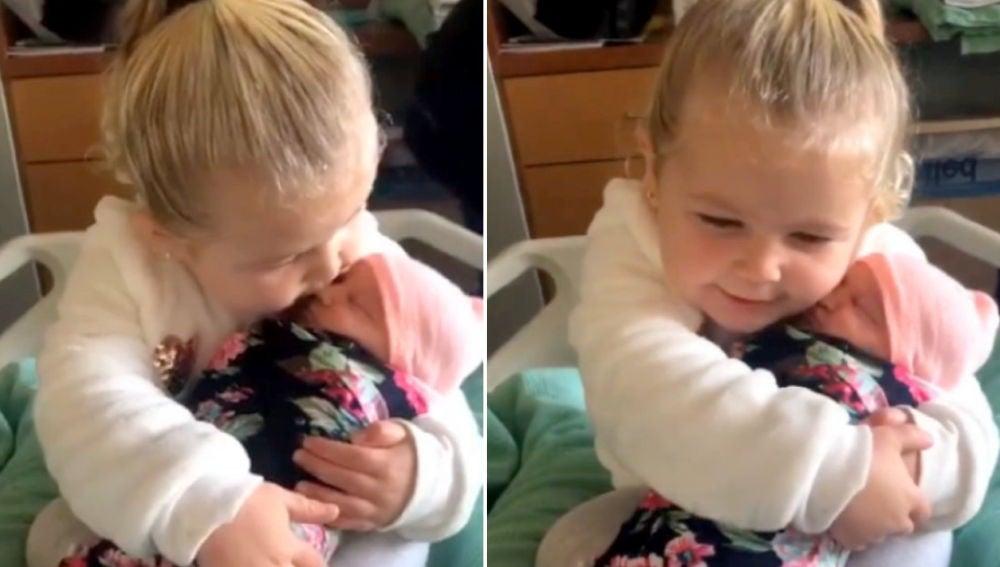 Niña de tres años conoce a su hermana