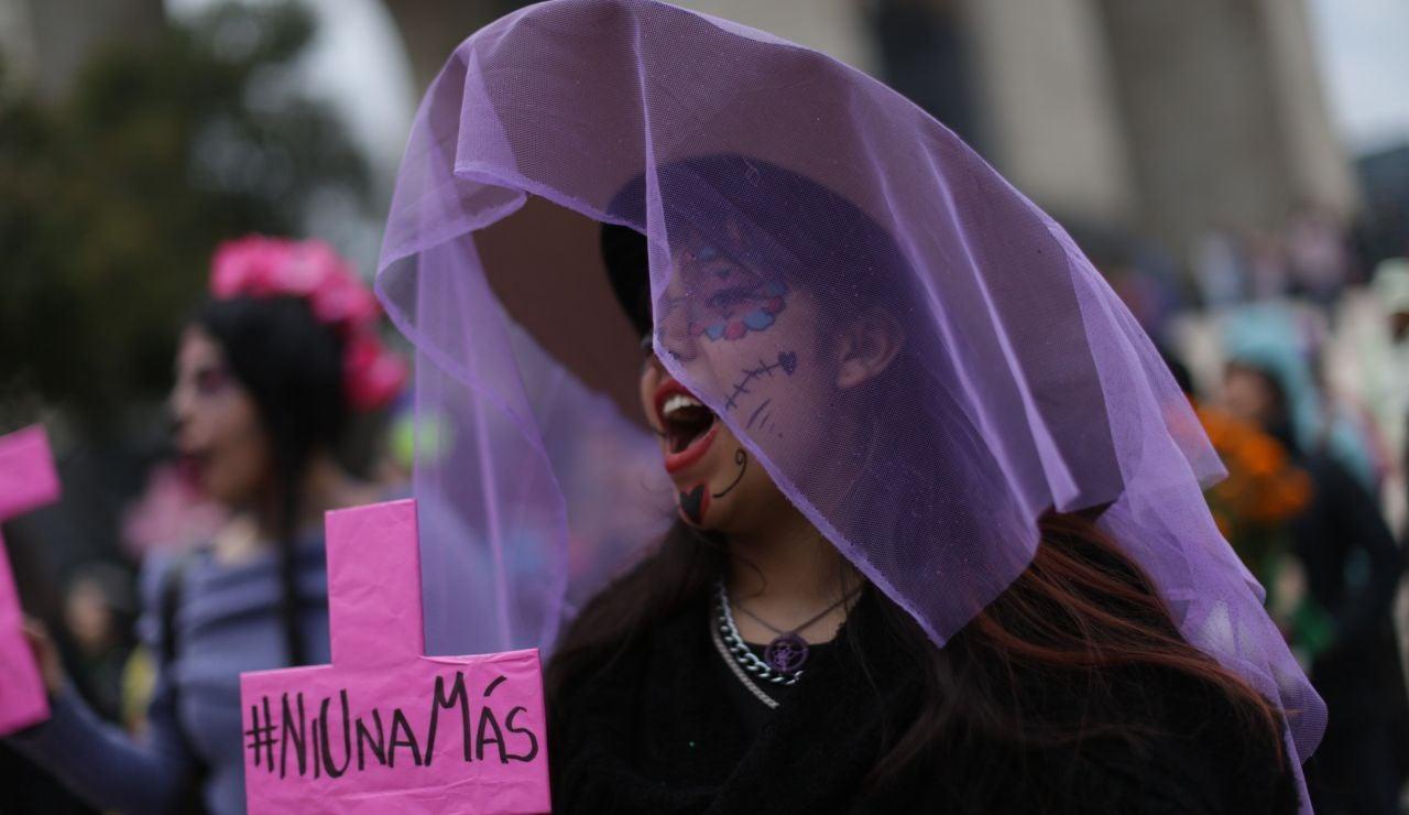 Una mujer participa en Ciudad de México en la Marcha de las Catrinas, que pide justicia por las víctimas de feminicidio.