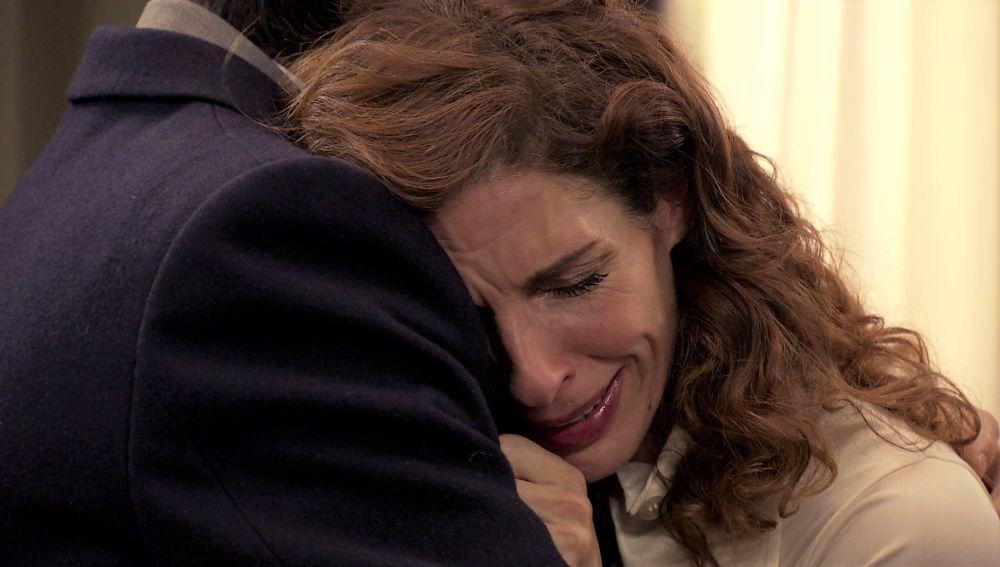 Julia se apoya en Armando después de una terrible y cruel discusión con Lourdes