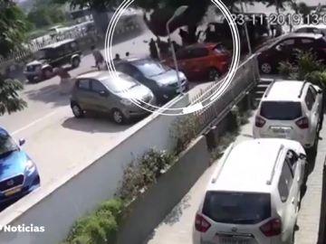Un coche pierde el control y cae desde un viaducto en la India