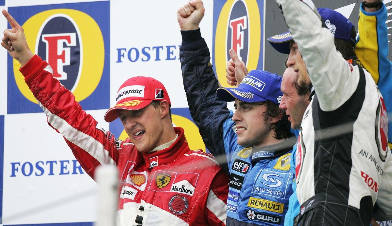 Fernando Alonso junto a Michael Schumacher en el podio del GP de San Marino