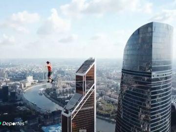 Siete equilibristas consiguen el Récord Guiness Mundial de slackline a 350 metros de altura en Moscú