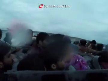 El angustioso rescate de una bebé a punto de ahogarse al hundirse a patera en la que trataba de llegar a Italia
