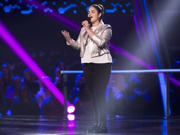 Paola Casas canta 'Si tú me miras' en los Asaltos de 'La Voz Kids'