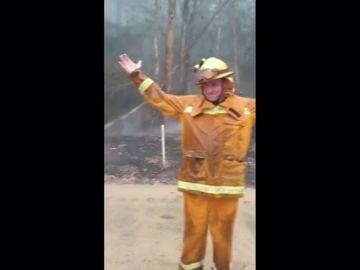 Así celebran los bomberos de Australia la lluvia que comienza a caer tras varias de incendios
