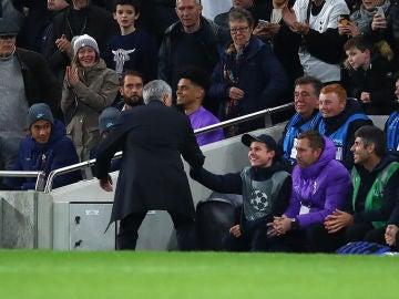 Mourinho felicita a un recogepelotas tras el empate de Kane