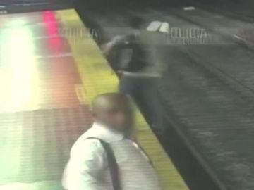 Un hombre cae a las vías del Metro en Argentina