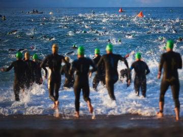Un grupo de corredores iniciando el tramo de natación de un Ironman