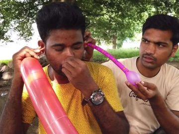 Indio infla globos con las orejas