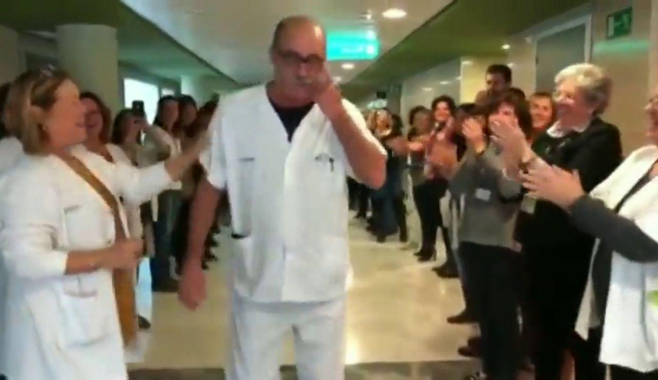 El emotivo homenaje de despedida a un celador del hospital Son Espases por su jubilación