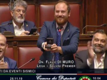 Un diputado italiano pide matrimonio a su novia durante la sesión parlamentaria