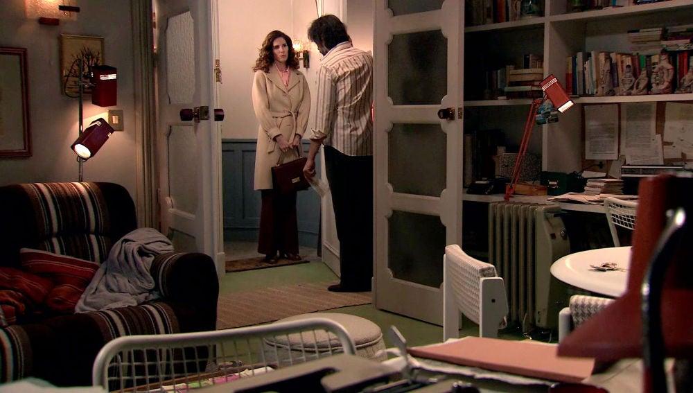 Julia se presenta en casa de Guillermo con una información relevante