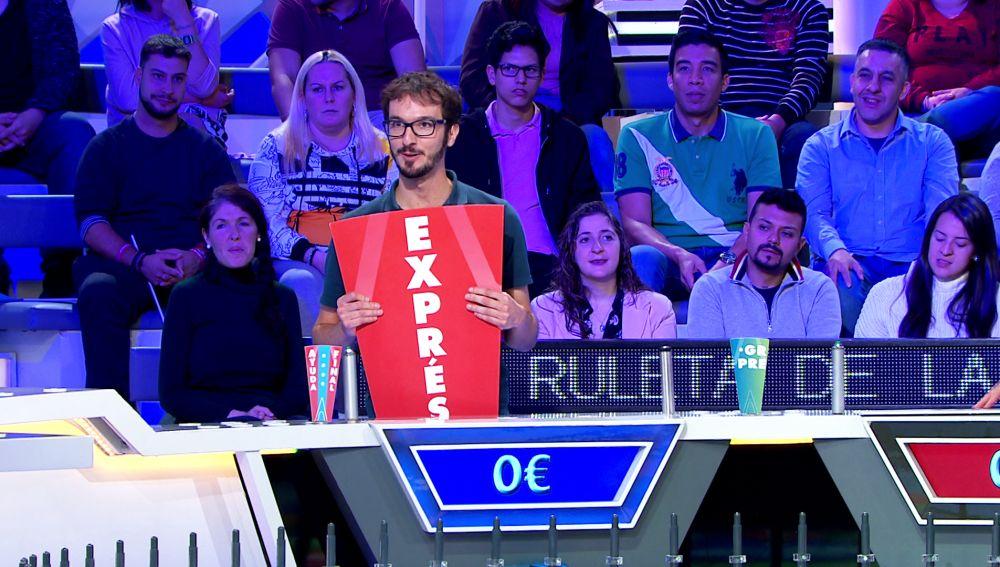 Jorge homenajea a Enrique, el concursante estrella de 'La ruleta de la suerte', imitando su truco en el panel exprés